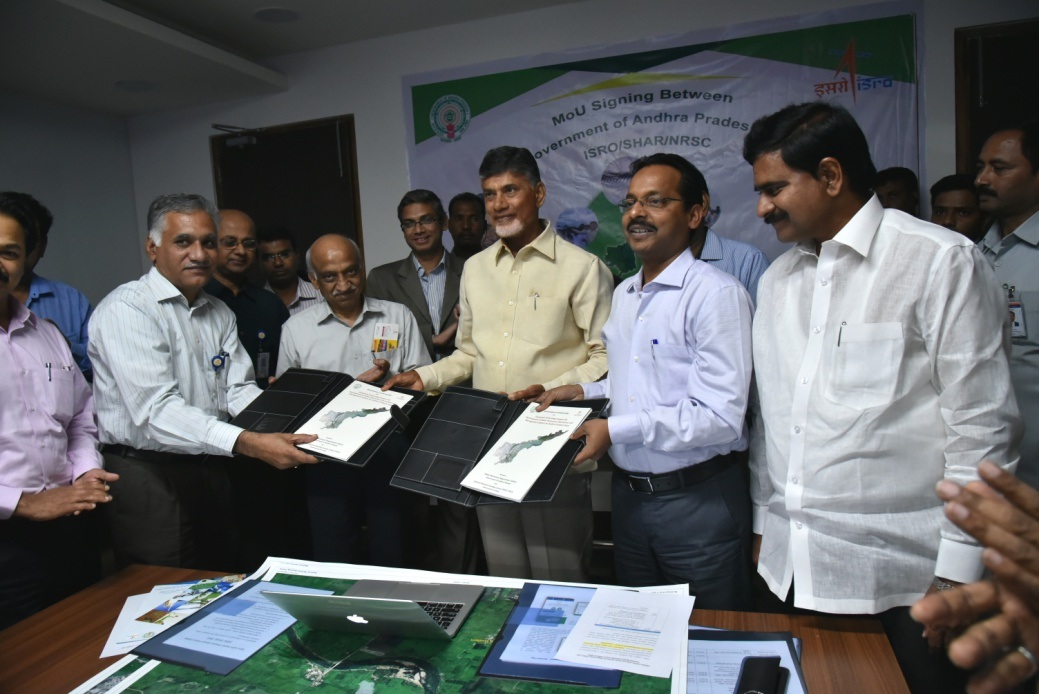 Deputy Director, RSAA, NRSC/ISRO and Secretary, Water Resources Department, Govt. of Andhra Pradesh exchanging MoU in the presence of Hon'ble Chief Minister of Andhra Pradesh and Chairman, ISRO on March 15, 2017 at Vijayawada